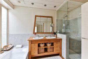 Łazienka z drewnianymi meblami