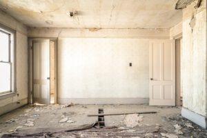 Zniszczony pokój do remontu